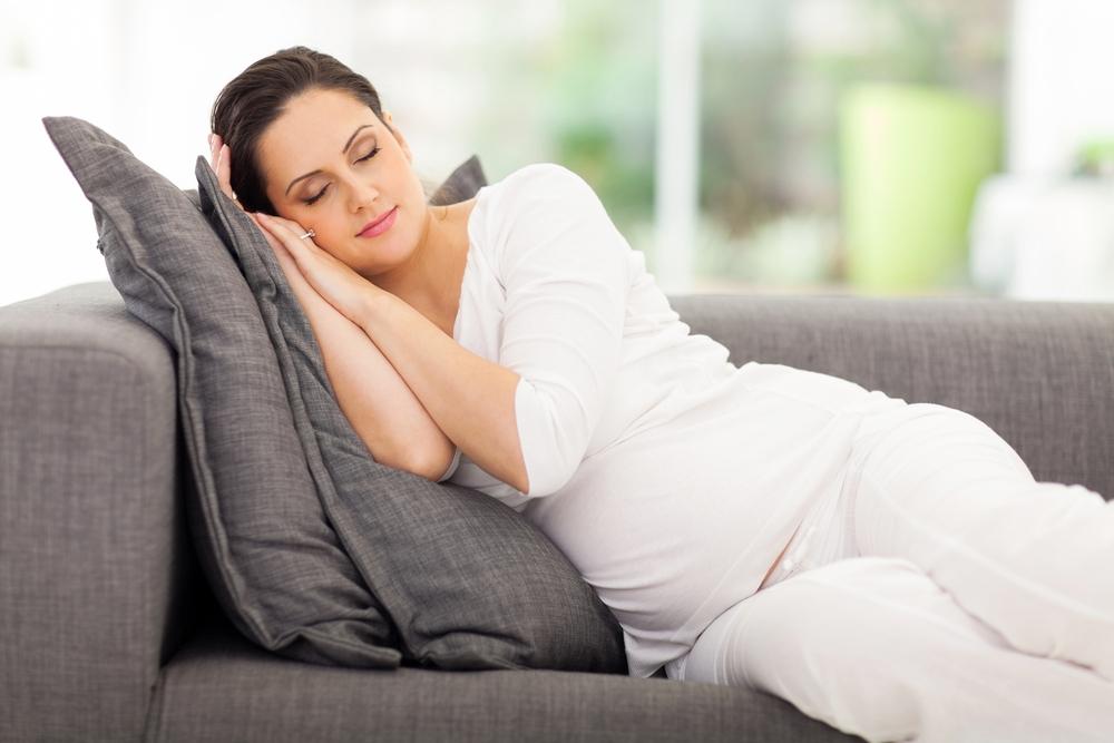 Mejor-posición-para-dormir-bien-si-estas-embarazada-2